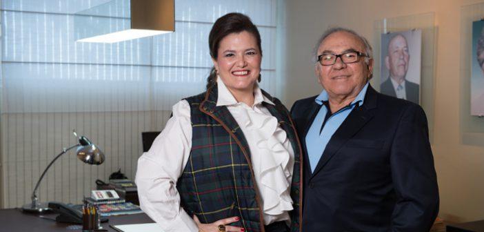 A empresária, ao lado do pai