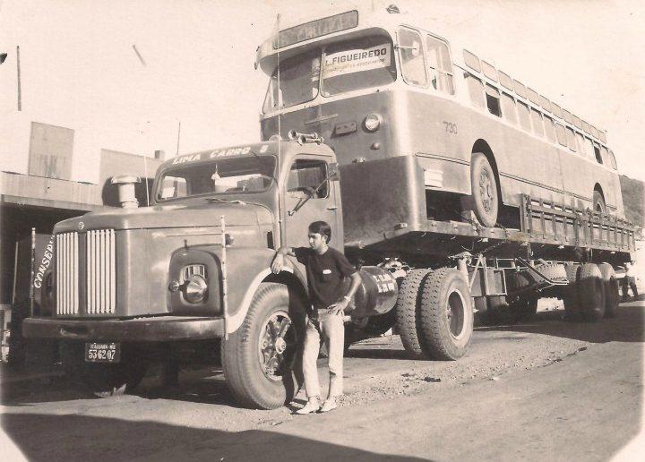 O caminhoneiro de Itaguara Dalmo Lima de Freitas ao lado de seu Scania L-76 na década de 60; na carreta um trolleybus destinado ao extinto Departamento de Bondes e Ônibus- DBO de Belo Horizonte