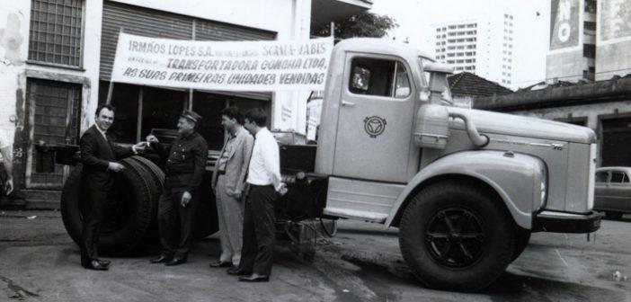 Pedro Barboza Lopes entregando caminhão à Transportadora Concha na antiga sede da Irmãos Lopes, na Rua Mato Grosso esquina com a Sergipe